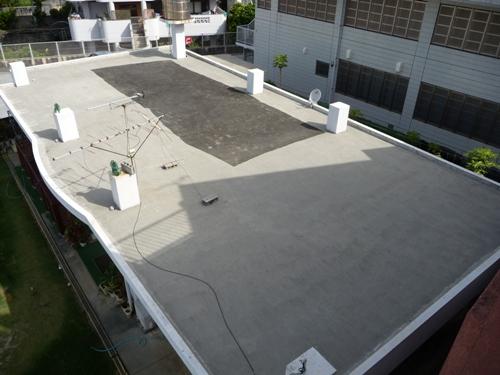 高圧洗浄でキレイになっていくコンクリートの陸屋根