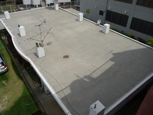 高圧洗浄でキレイになったコンクリートの陸屋根