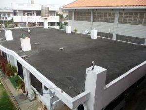真っ黒く汚れた沖縄の陸屋根
