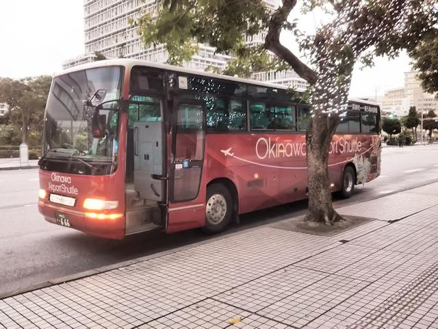 県庁北口に停車中の沖縄エアポートシャトル