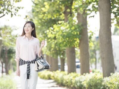 街中を散歩する女性