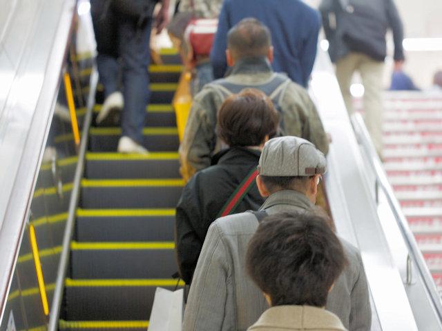 大阪のエスカレーターは左歩き