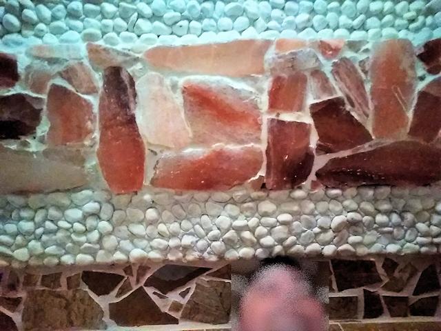 ヒマラヤ岩塩が張り巡らされたチムジルバンの岩塩房