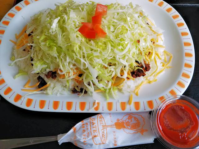 「島人そば」のタコライスチーズ野菜