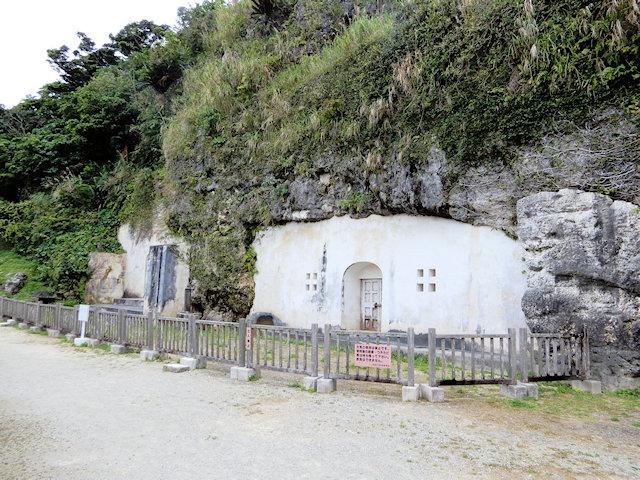 左奥に尚寧王陵の東室、右手前に英祖王陵の西室