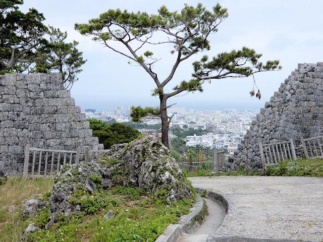 浦添グスクの城壁の裂け目から宜野湾市の街並み