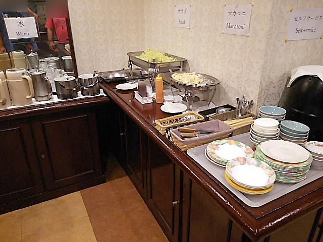 スープ、サラダ、ライスはビュッフェスタイル