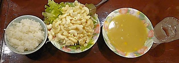 テーブルの並んだスープ、サラダ、ライス