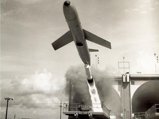 有翼地対地中距離核弾道ミサイル:メースBの発射実験