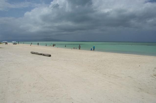 青空の見えない沖縄の海