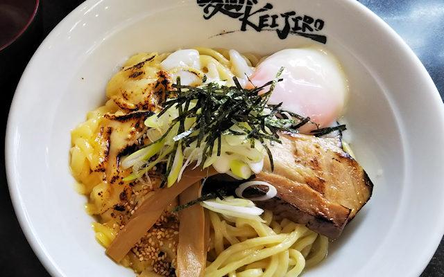 麺やKEIJIROの温玉混ぜ麺(焦がしチーズをトッピング)
